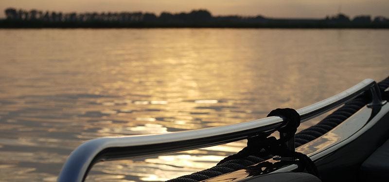 Motorboot varen over het Uitgeestermeer en Alkmaardermeer